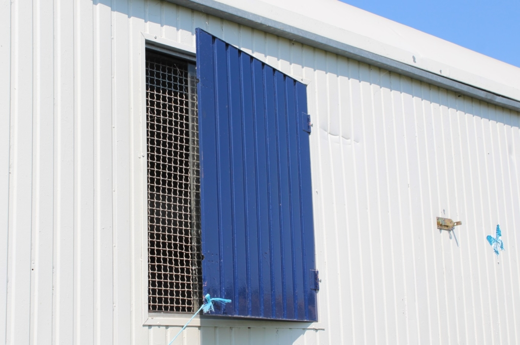 Fenster am Hühnerstall gegen Räuber schützen